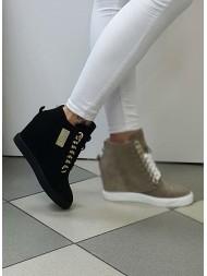 Sneakersy czarne zamszowe mini złota blaszka BOOCI Sneakersy na koturnie
